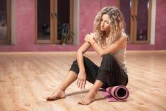 Donna di forma fisica che riposa dopo gli esercizi Immagine Stock Libera da Diritti