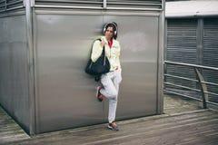 Donna di forma fisica che riposa dopo l'allenamento Fotografia Stock Libera da Diritti