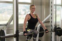 Donna di forma fisica che riposa dopo l'esercizio immagine stock