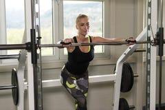Donna di forma fisica che riposa dopo l'esercizio immagini stock