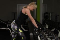 Donna di forma fisica che riposa dopo l'esercizio fotografie stock libere da diritti