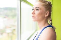 Donna di forma fisica che riposa dopo l'esercizio fotografie stock