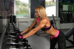 Donna di forma fisica che riposa dopo l'esercizio fotografia stock
