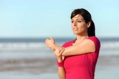 Allungamento della donna di forma fisica Fotografia Stock
