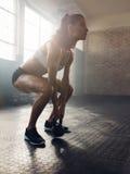 Donna di forma fisica che risolve con il bollitore Bell Fotografia Stock Libera da Diritti