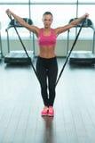 Donna di forma fisica che risolve con la gomma elastica Immagini Stock