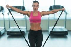 Donna di forma fisica che risolve con la gomma elastica Fotografia Stock