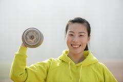 Donna di forma fisica che risolve con la testa di legno Immagine Stock Libera da Diritti