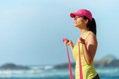 Donna di forma fisica che risolve sulla spiaggia Fotografia Stock Libera da Diritti