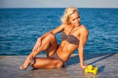 Donna di forma fisica che risolve sulla spiaggia Fotografia Stock