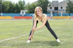 Donna di forma fisica che si esercita all'aperto Fotografia Stock Libera da Diritti
