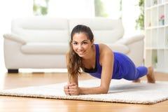 Donna di forma fisica che si esercita a casa Fotografie Stock Libere da Diritti