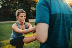 Donna di forma fisica che si esercita con l'aiuto della vettura Immagini Stock Libere da Diritti