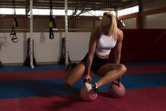 Donna di forma fisica che si esercita con la Bollitore-campana Immagine Stock