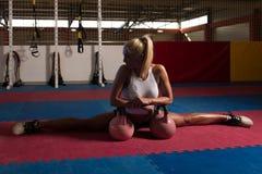 Donna di forma fisica che si esercita con la Bollitore-campana Fotografia Stock