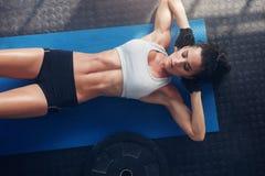 Donna di forma fisica che si esercita sulla stuoia di yoga Fotografia Stock