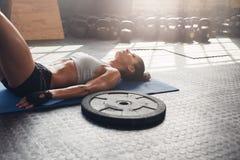 Donna di forma fisica che si rilassa dopo l'allenamento pesante Fotografie Stock