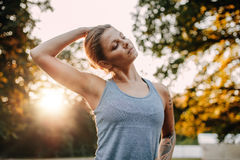 Donna di forma fisica che si scalda nel parco Immagini Stock Libere da Diritti