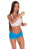 Donna di forma fisica che sta contro il fondo bianco isolato fotografie stock libere da diritti