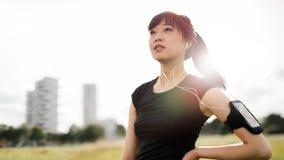 Donna di forma fisica che sta nel parco urbano Immagini Stock