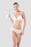 Donna di forma fisica che tiene una bottiglia di acqua Immagine Stock Libera da Diritti