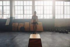 Donna di forma fisica circa per iniziare il suo allenamento del crossfit Fotografie Stock Libere da Diritti