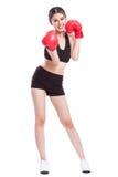 Donna di forma fisica con i guantoni da pugile rossi fotografie stock libere da diritti