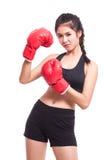 Donna di forma fisica con i guantoni da pugile rossi immagini stock libere da diritti