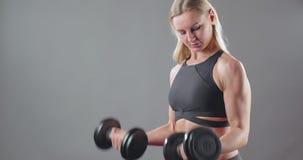 Donna di forma fisica con i pesi pesanti