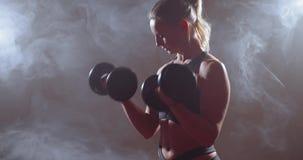 Donna di forma fisica con il peso massimo