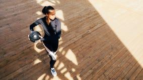 Donna di forma fisica con l'allungamento della palla medica Immagine Stock Libera da Diritti