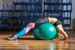 Donna di forma fisica con la palla della palestra Fotografia Stock