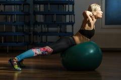 Donna di forma fisica con la palla della palestra Fotografie Stock Libere da Diritti