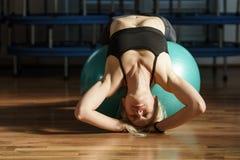 Donna di forma fisica con la palla della palestra Fotografia Stock Libera da Diritti