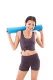 Donna di forma fisica con la stuoia di yoga della tenuta della mano Fotografie Stock Libere da Diritti