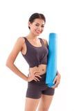 Donna di forma fisica con la stuoia di yoga della tenuta della mano Fotografia Stock Libera da Diritti
