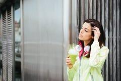 Donna di forma fisica con la tazza del frullato della disintossicazione Fotografie Stock