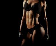 Donna di forma fisica con le teste di legno perfette della tenuta del corpo Fotografia Stock
