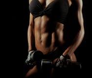 Donna di forma fisica con le teste di legno perfette della tenuta del corpo Immagine Stock Libera da Diritti