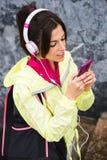 Donna di forma fisica con lo smartphone che invia messaggio Fotografia Stock