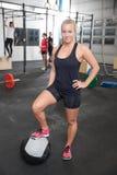 Donna di forma fisica con palla medica Fotografie Stock Libere da Diritti