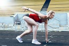 Donna di forma fisica del corridore sulla pista immagine stock