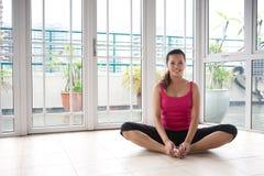Donna di forma fisica nell'allungamento dell'esercitazione Fotografie Stock Libere da Diritti