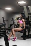 Donna di forma fisica nell'usura di sport con l'ente sexy perfetto di forma fisica in GY Fotografia Stock