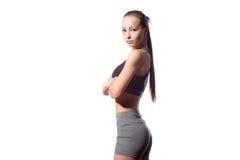 Donna di forma fisica nello stile di sport che sta contro il fondo bianco immagine stock