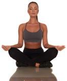 Donna di forma fisica nello stile di sport che sta contro il fondo bianco isolato fotografie stock libere da diritti