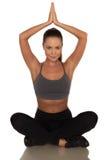 Donna di forma fisica nello stile di sport che sta contro il fondo bianco isolato immagine stock libera da diritti