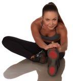 Donna di forma fisica nello stile di sport che sta contro il fondo bianco isolato immagini stock libere da diritti