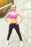 Donna di forma fisica pronta all'allenamento in città, nella condizione dell'atleta femminile, nello sport e nello stile di vita  Fotografia Stock Libera da Diritti