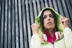 Donna di forma fisica pronta per l'allenamento all'aperto urbano il giorno piovoso Fotografie Stock